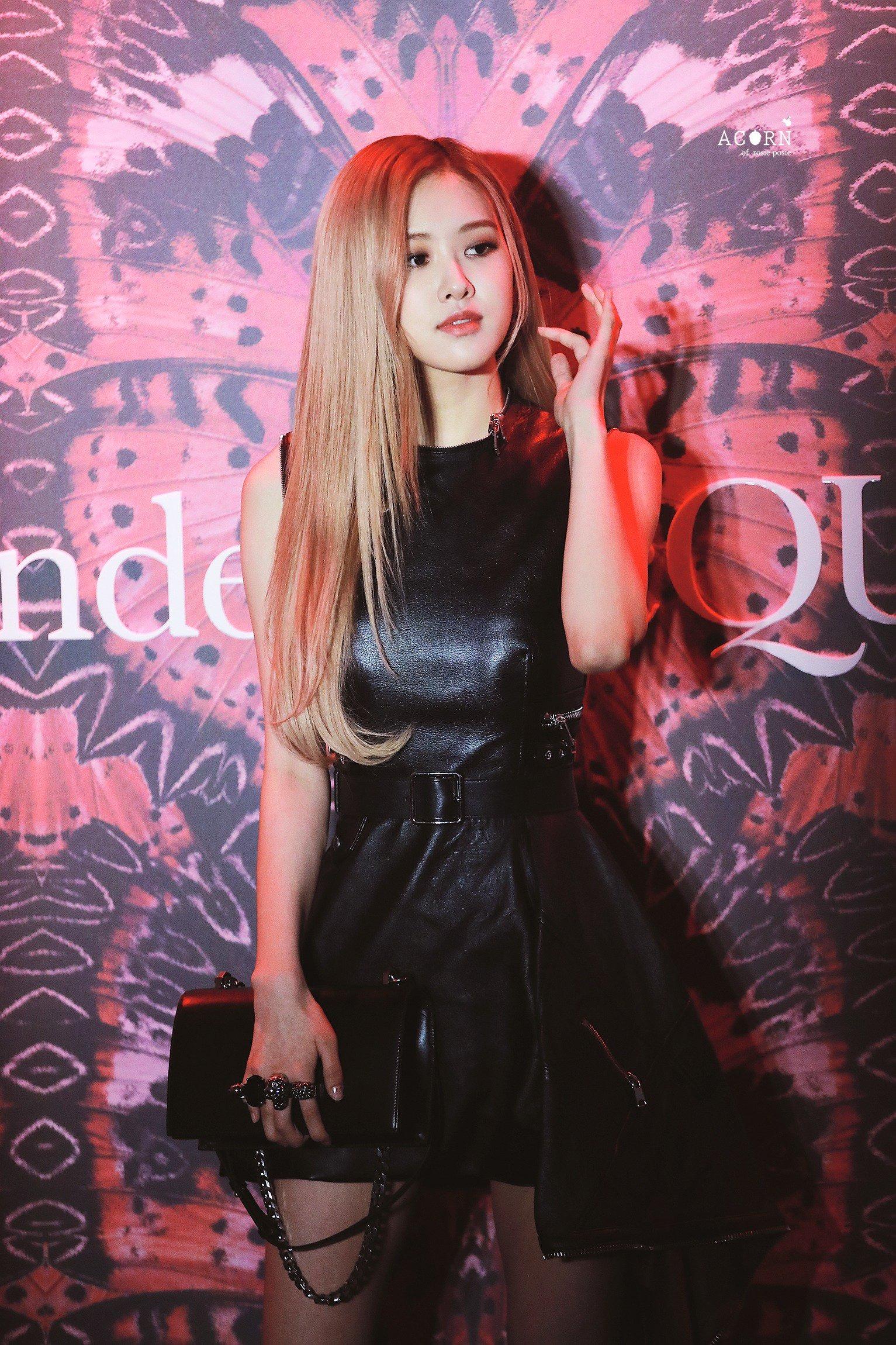 Rosé mặc đầm da màu đen