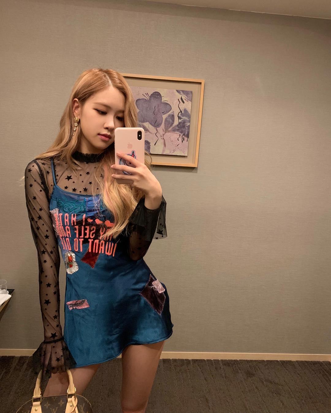 Rose mặc đầm hai dây màu xanh áo ren đen