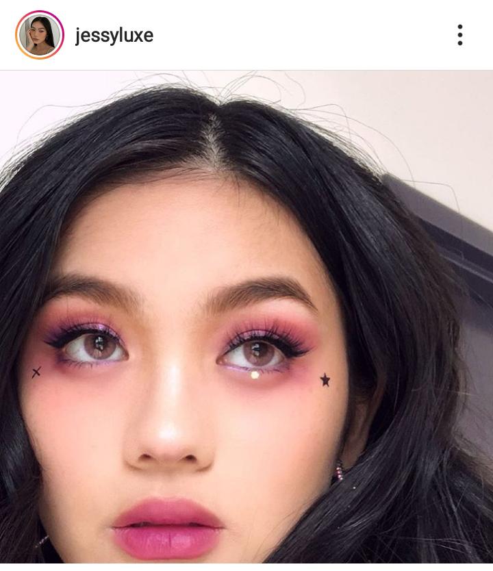 Cô gái trang điểm mắt cá tính ngọt ngào.