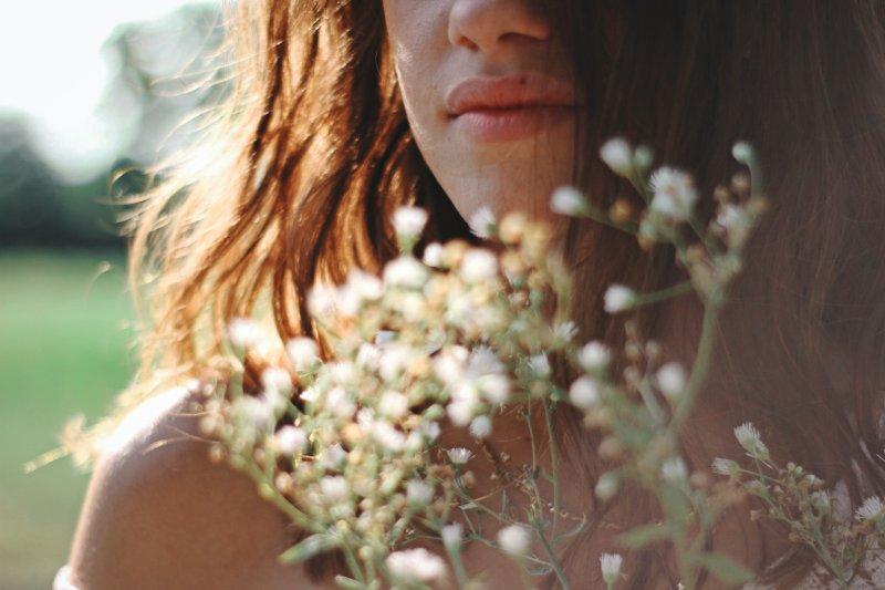 cô gái cầm hoa trắng yêu bản thân