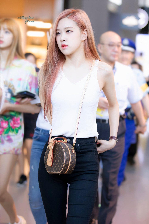 Rose đeo túi Louis Vuitton hình tròn