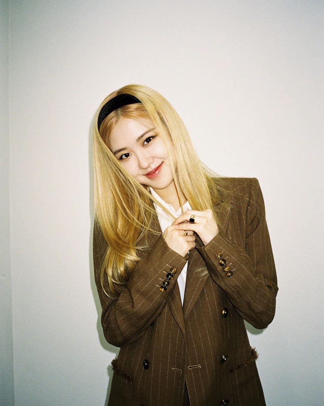 Rose mặc áo blazer kẻ ô màu nâu