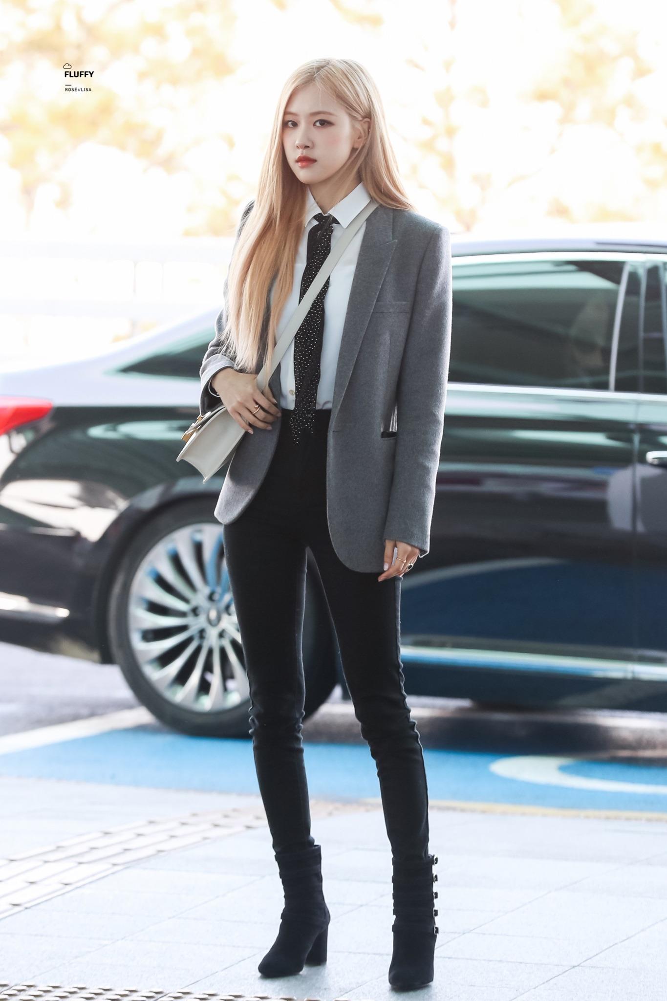 Rose mặc áo blazer đen, sơ mi trắng, đeo cà vạt