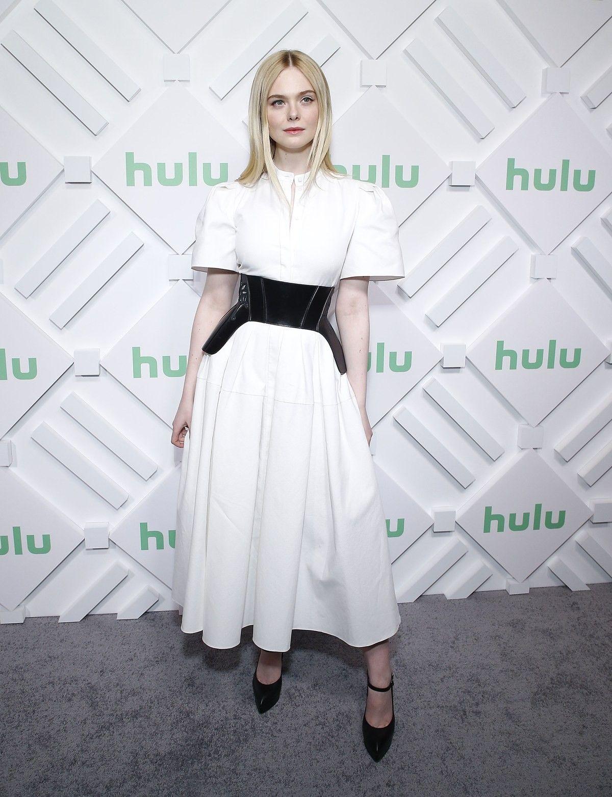 elle fanning mặc đai corset ngoài đầm trắng dài