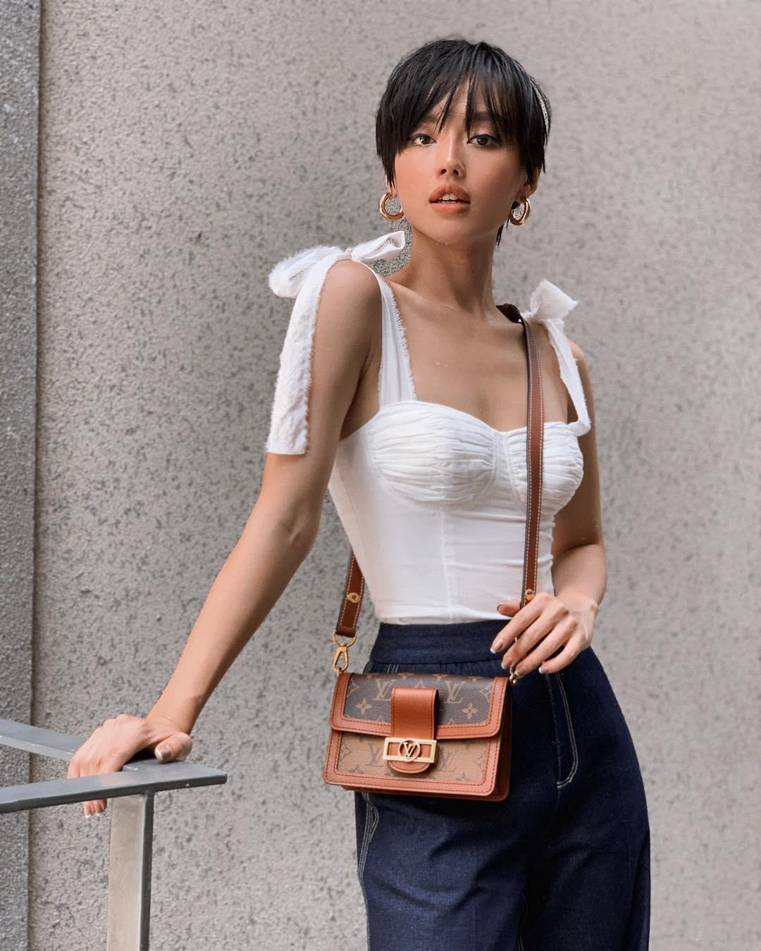 khánh linh mặc áo corset trắng thắt nơ quần jeans ống loe