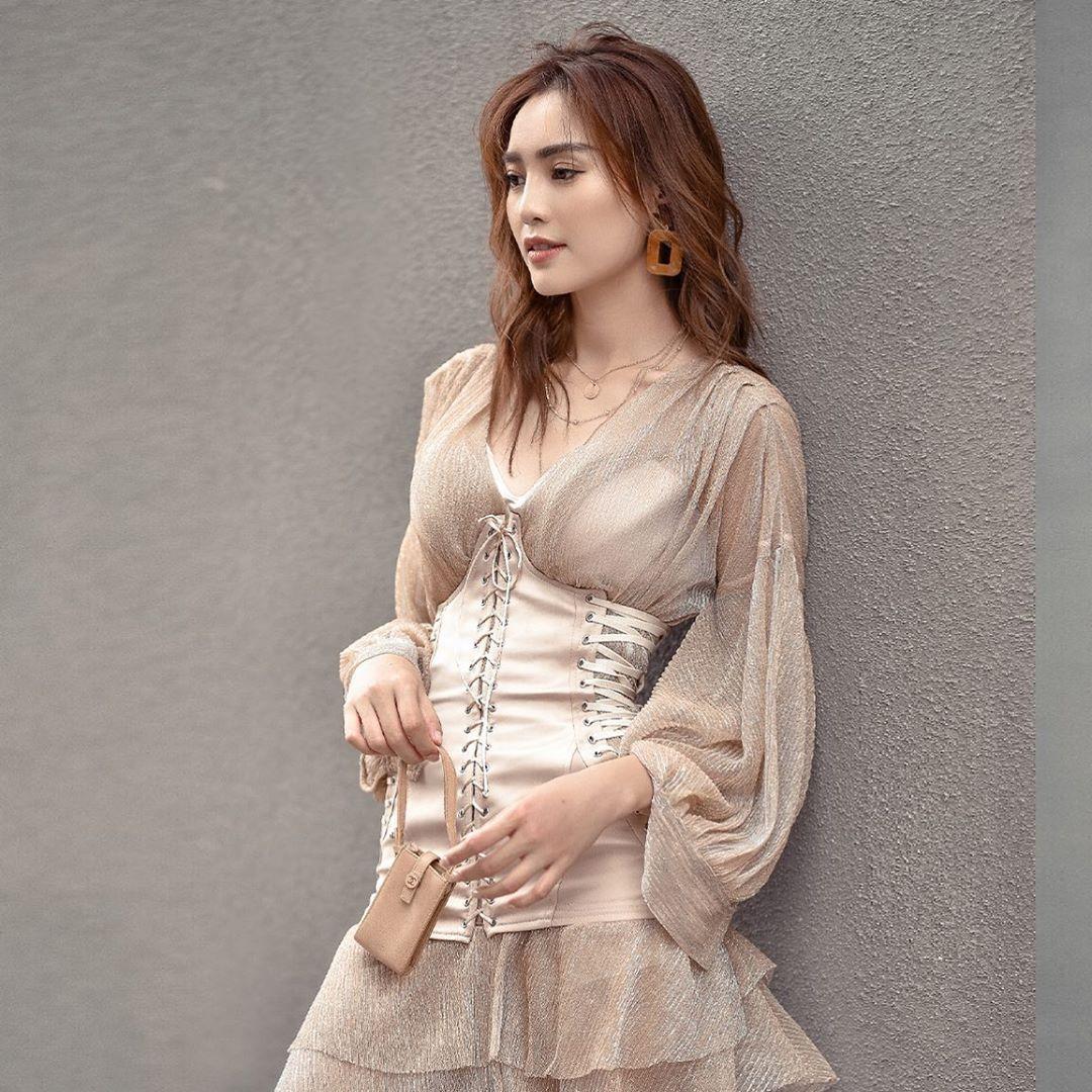 ninh dương lan ngọc mặc áo corset thắt dây ngoài đầm be