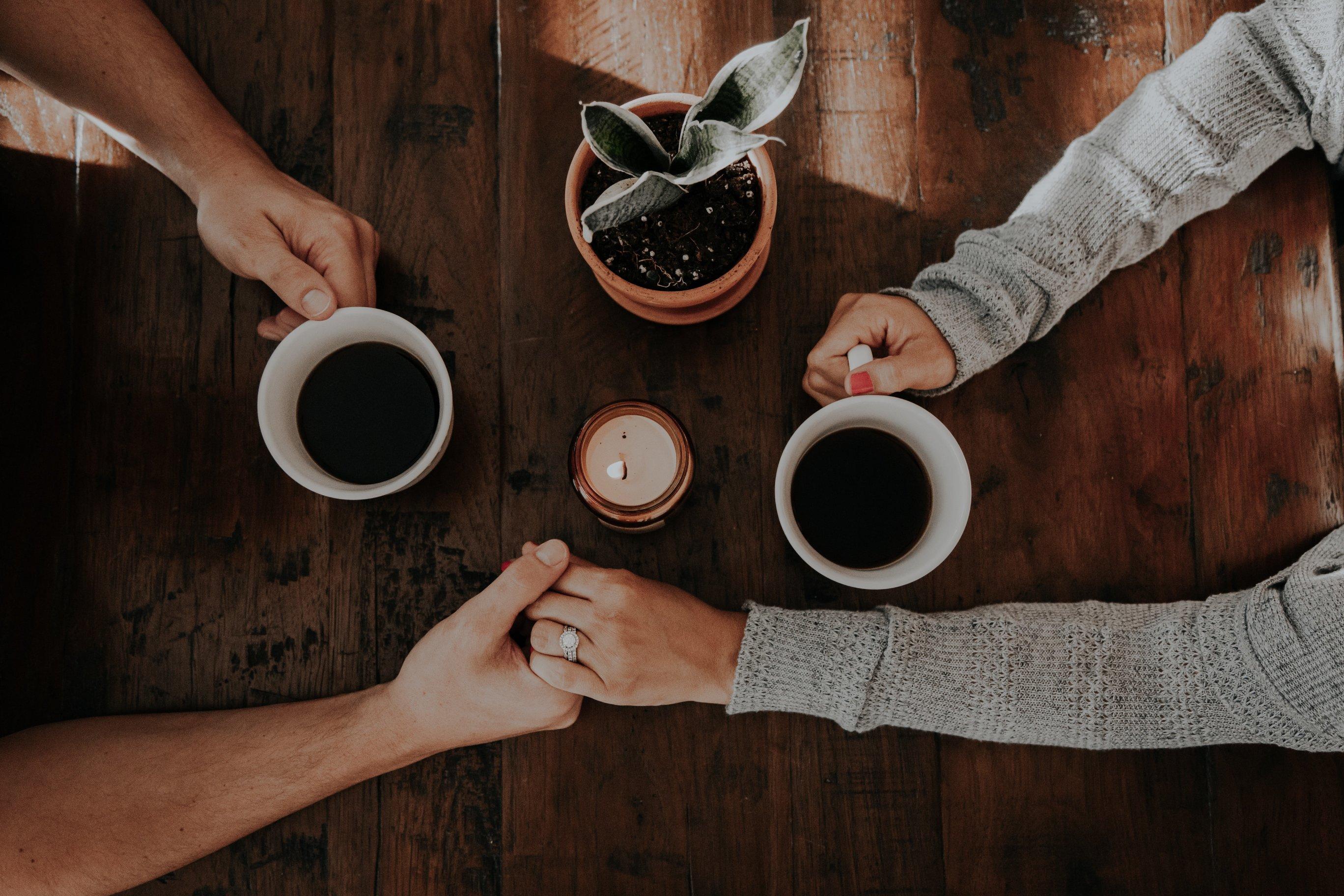 cung hoàng đạo cà phê và nắm tay
