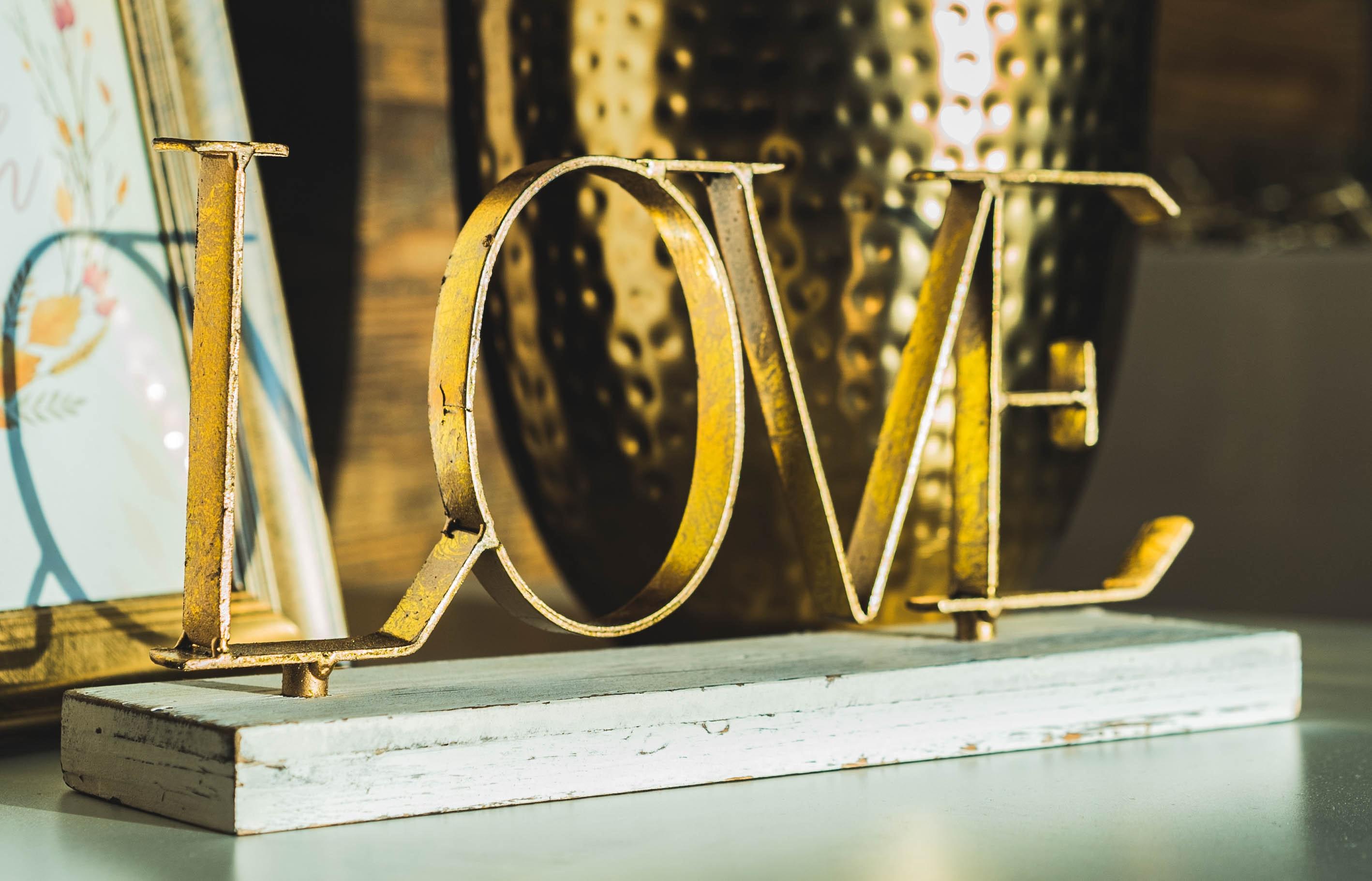 chữ love bằng sắt