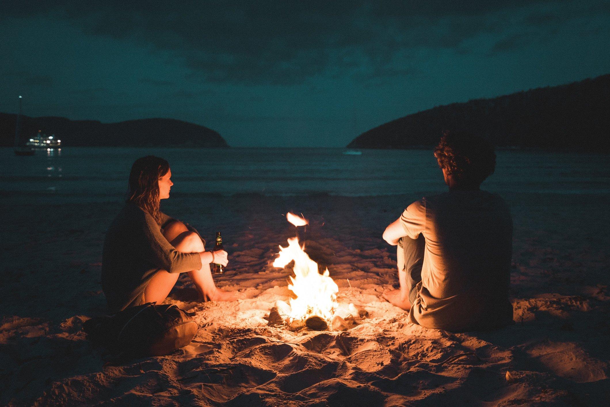 cung hoàng đạo hai người ngồi bên đống lửa