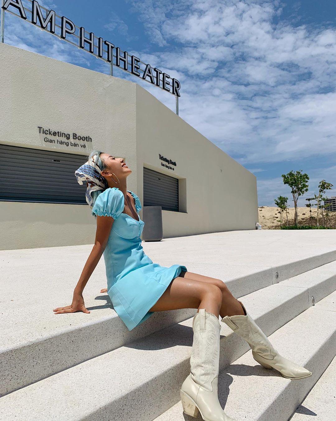 Quỳnh Anh Shyn mặc đầm xanh quấn khăn bandana xanh
