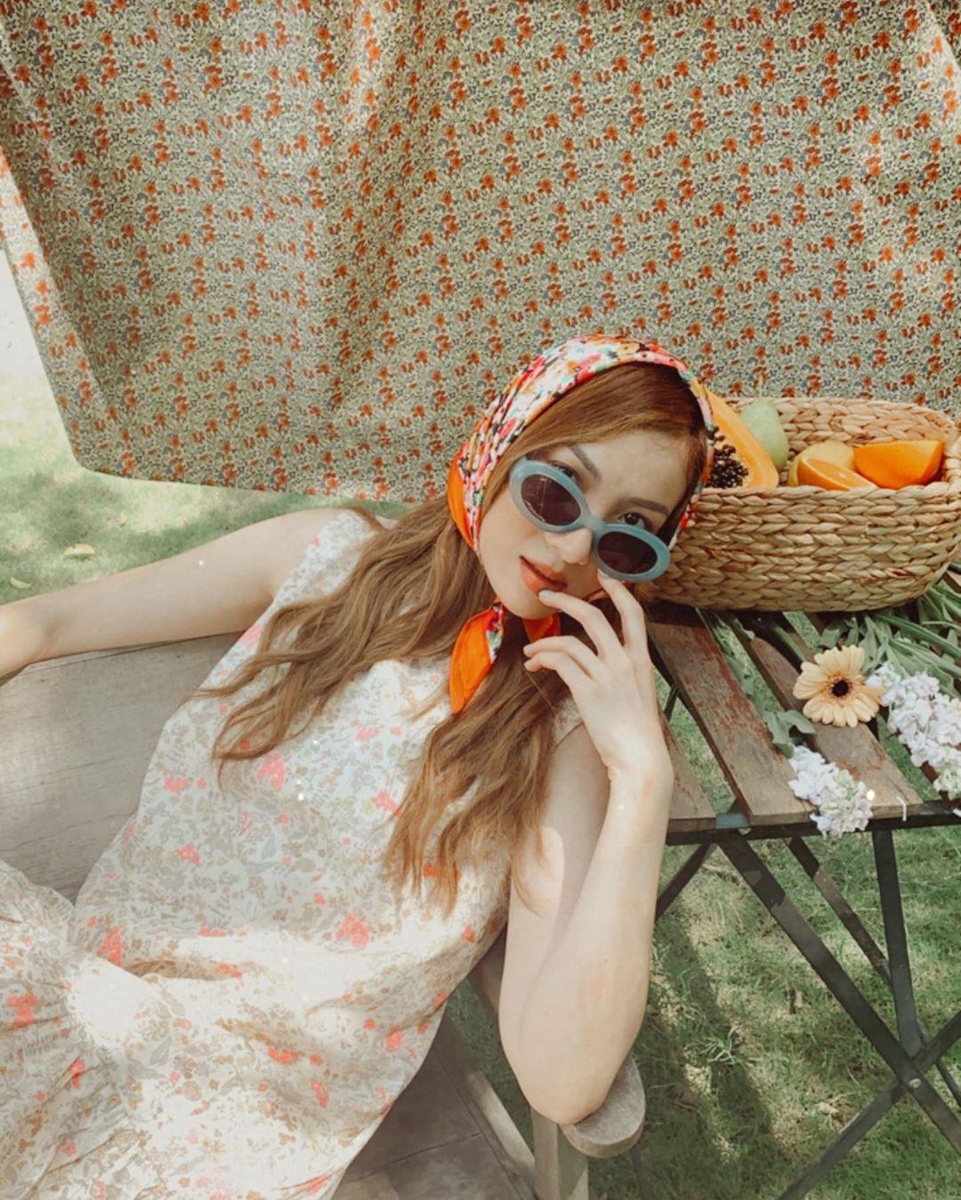 Yến Nhi mặc đầm hoa quấn khăn bandana hoa