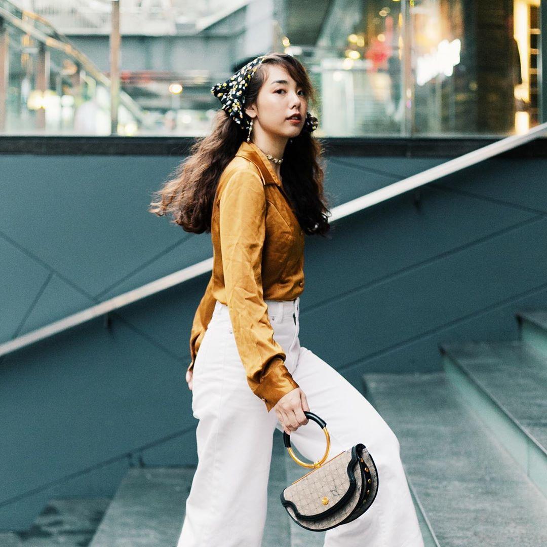 Khăn bandana trắng đen và áo sơ mi satin màu vàng