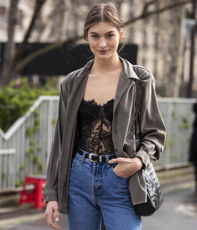 fashionista mặc áo corset với áo khoác blazer và quần jeans