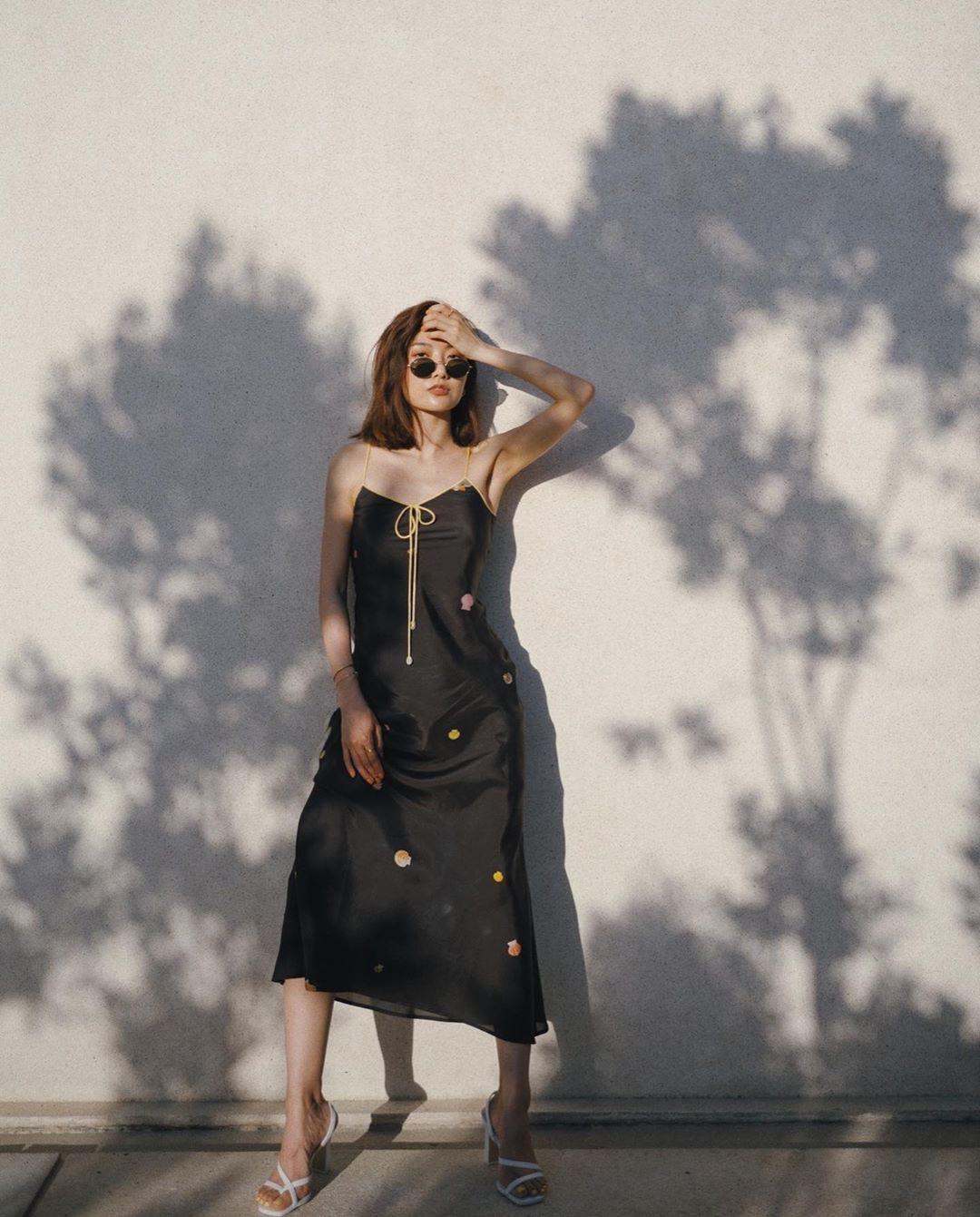 kính mát bản nhỏ phong cách retro 90 vintage đầm slip dress hoa tiết hoa