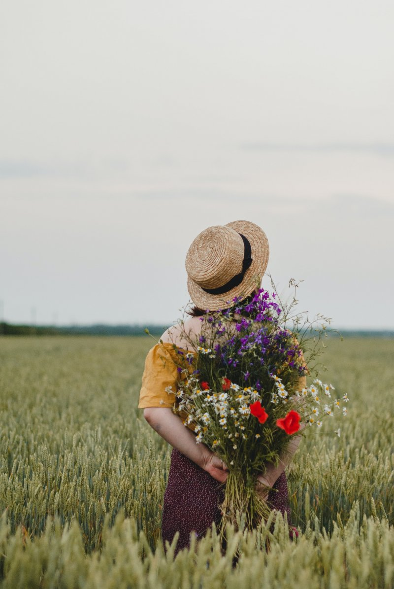 kiểm soát cô gái đội mũ cầm hoa