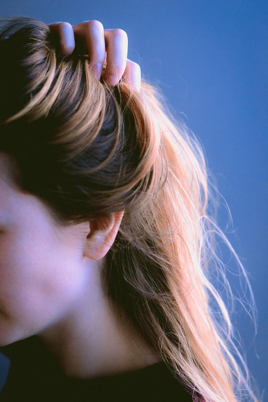 Cô gái bị tóc hư tổn, bông xù.