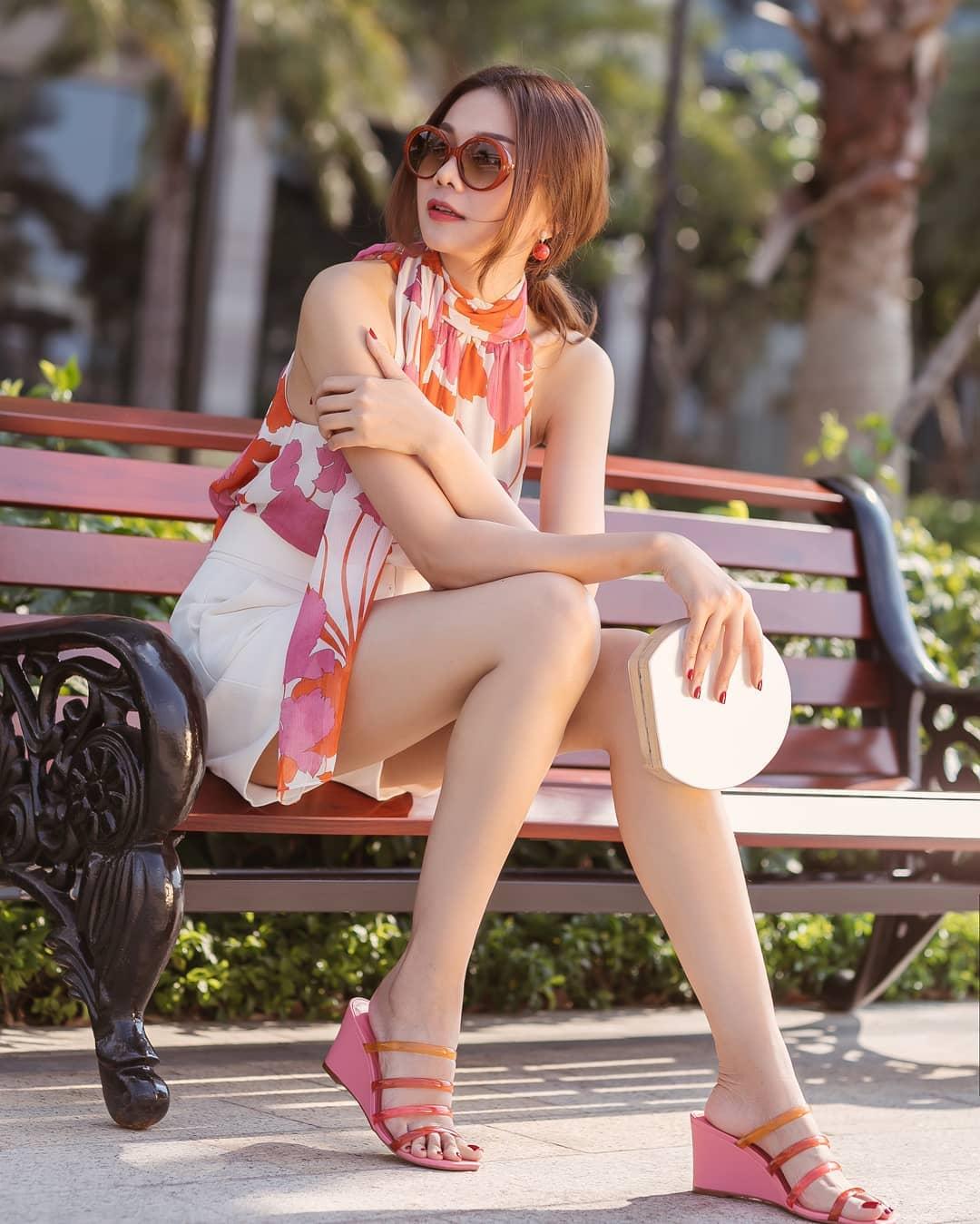Thanh Hằng mặc áo yếm in họa tiết hồng cam