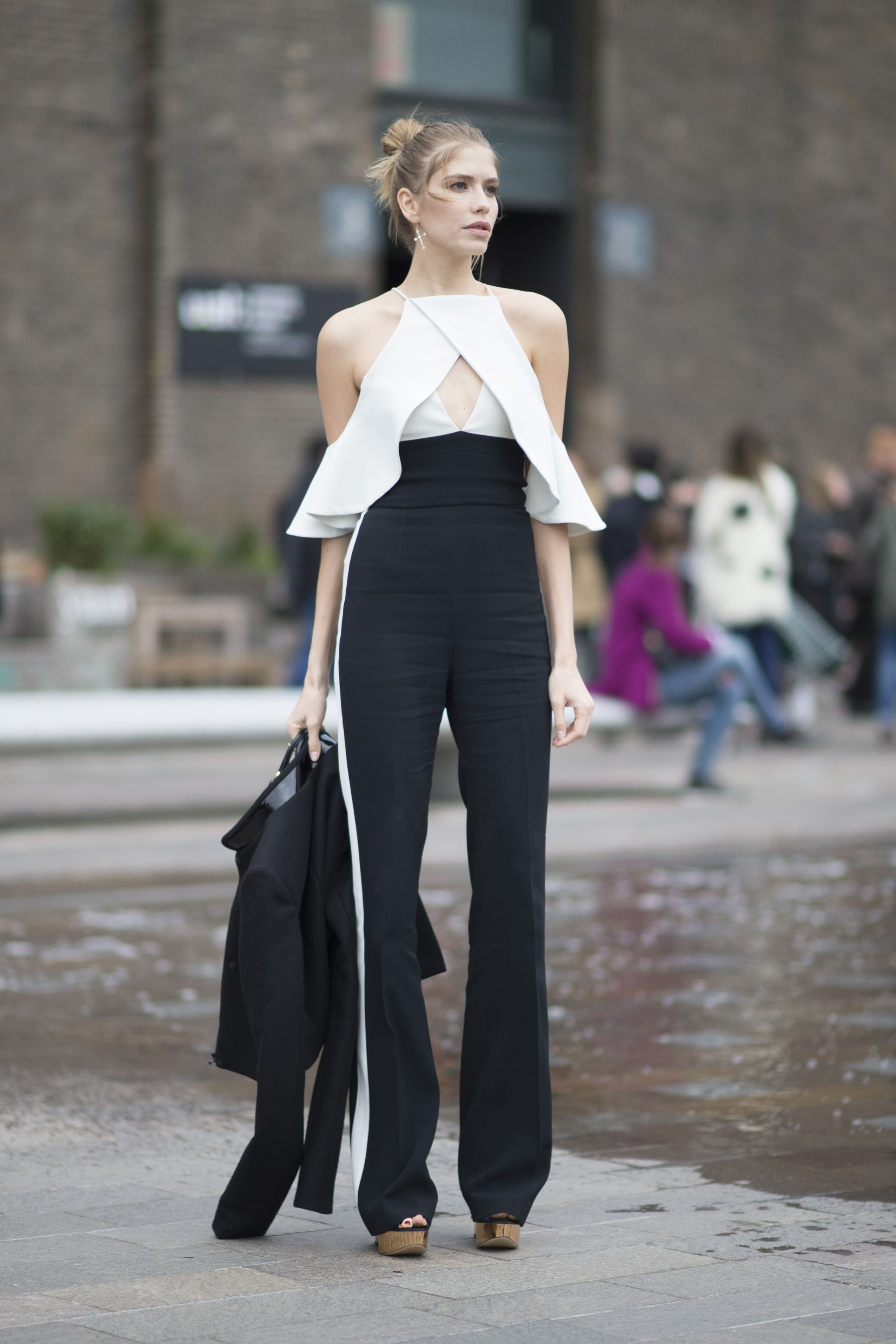 Áo yếm trắng nhún bèo và quần ống loe màu đen