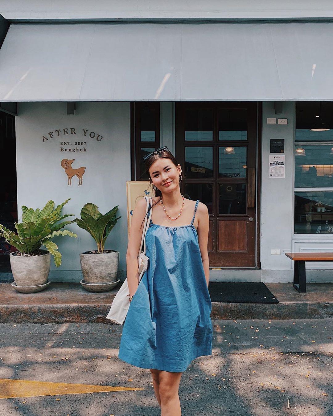 Cao Thiên Trang mặc đầm hai dây xòe phồng màu xanh