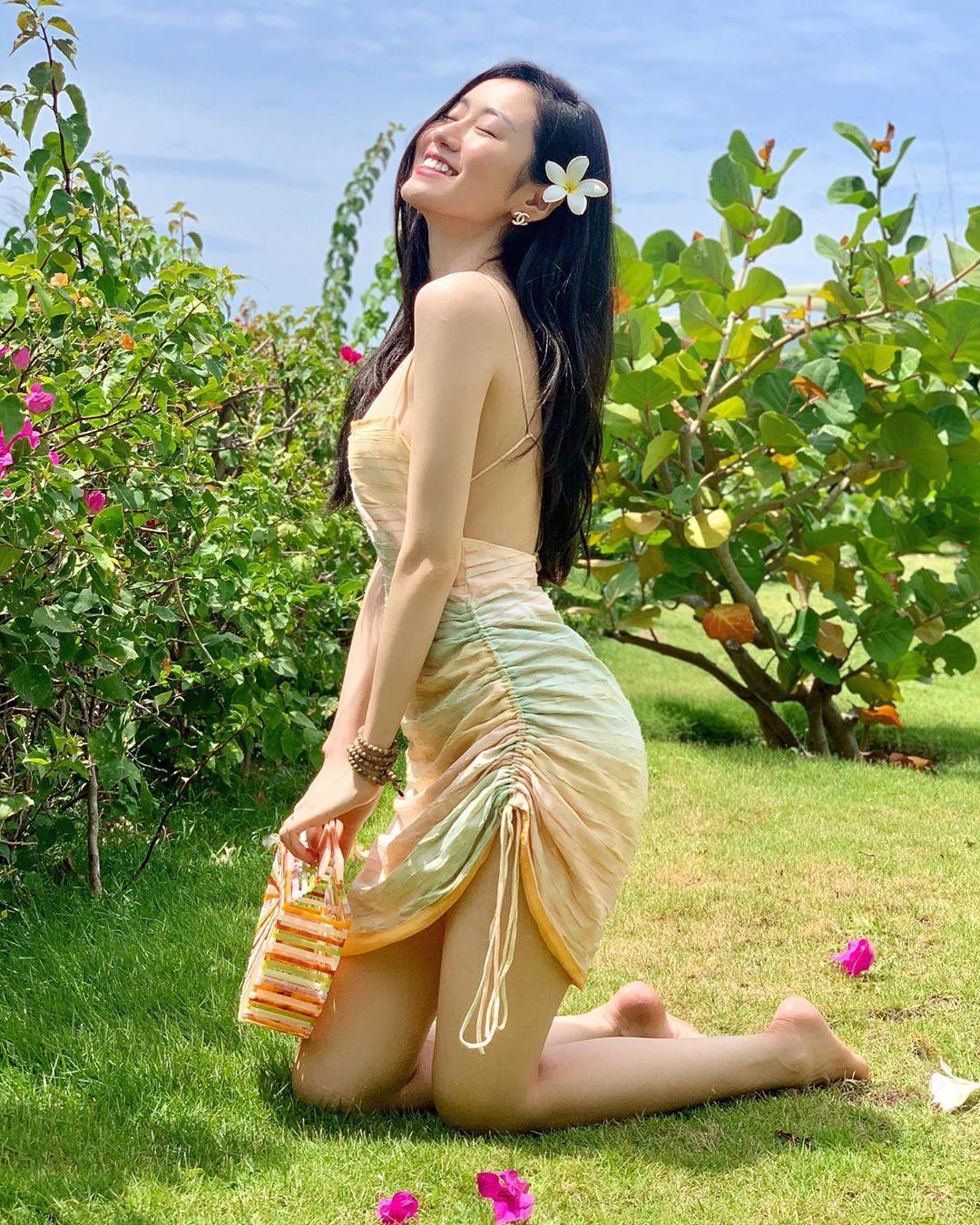 Mai Vân Trang mặc đầm hai dây hở lưng