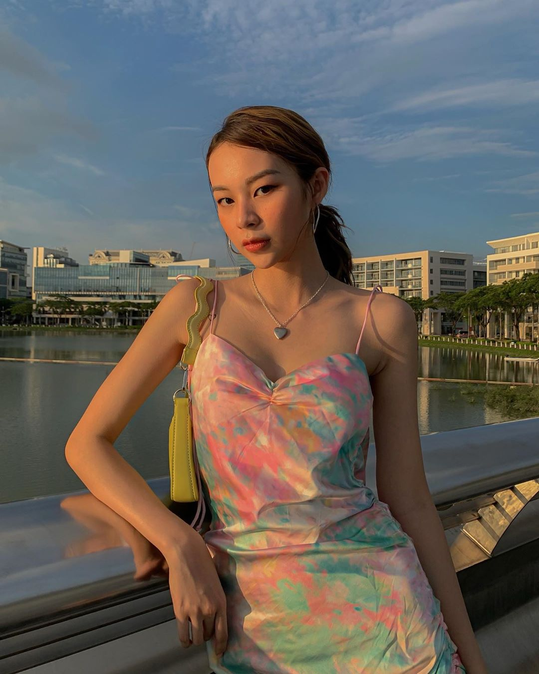 Phí Phương Anh mặc đầm hai dây lụa tie dye