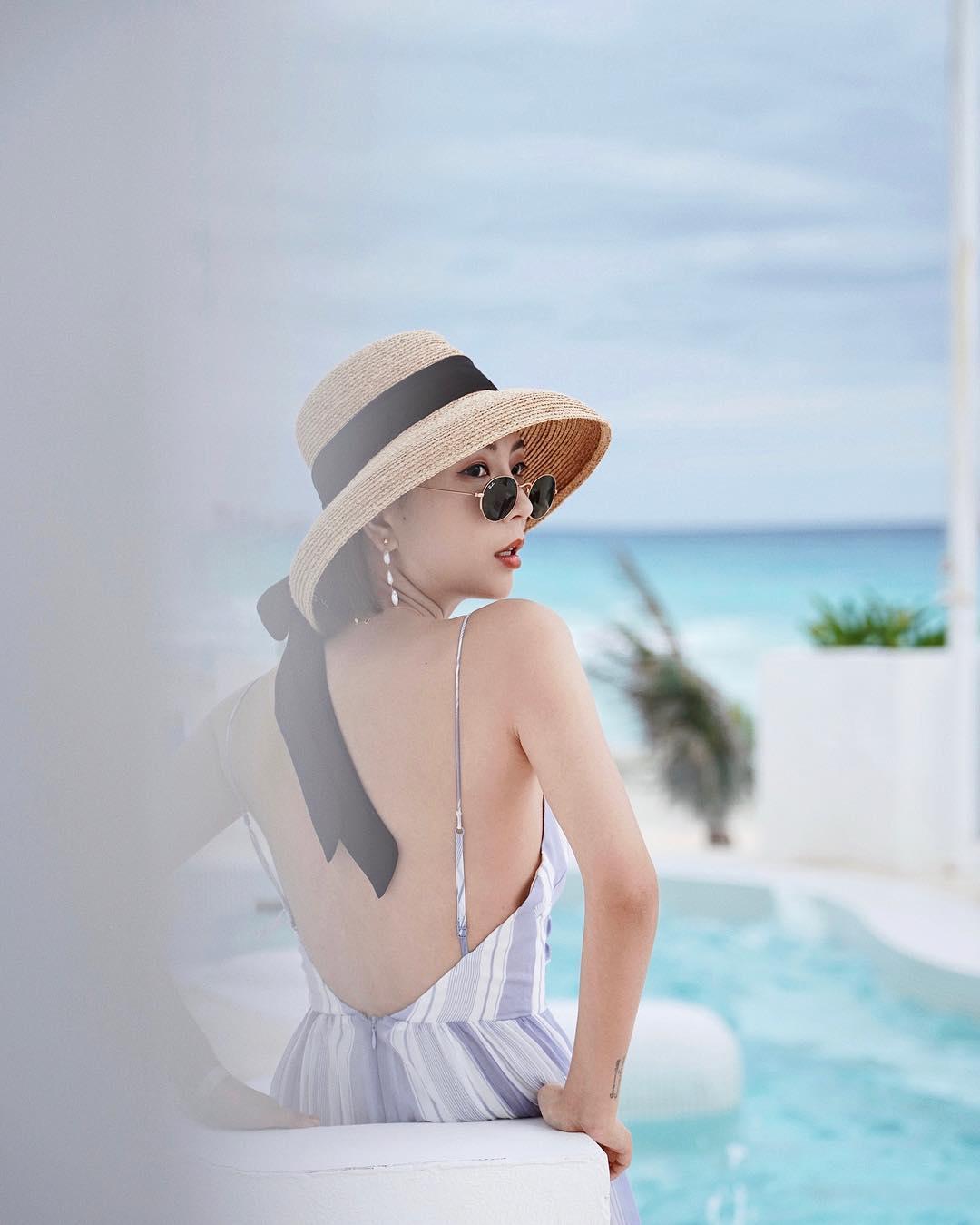Đầm hai dây kẻ sọc hở lưng và mũ cói đi biển