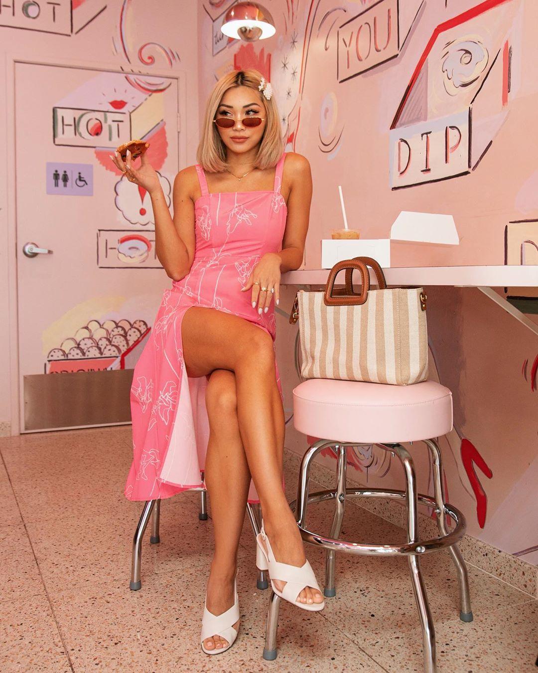 Đầm hai dây dài màu hồng xẻ tà
