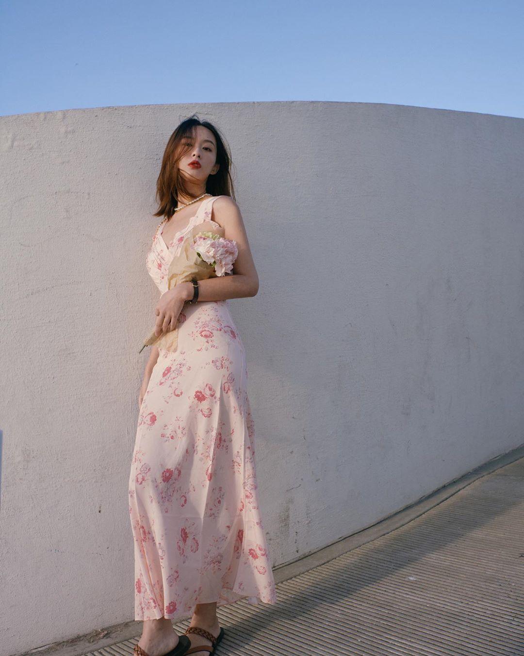 đầm hoa hai dây hồng phong cách soft aesthetic