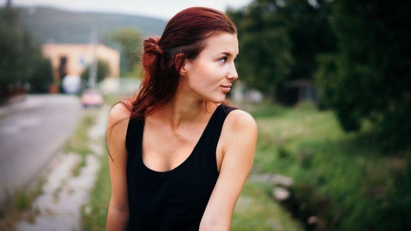 cung hoàng đạo cô gái tóc dài áo đen