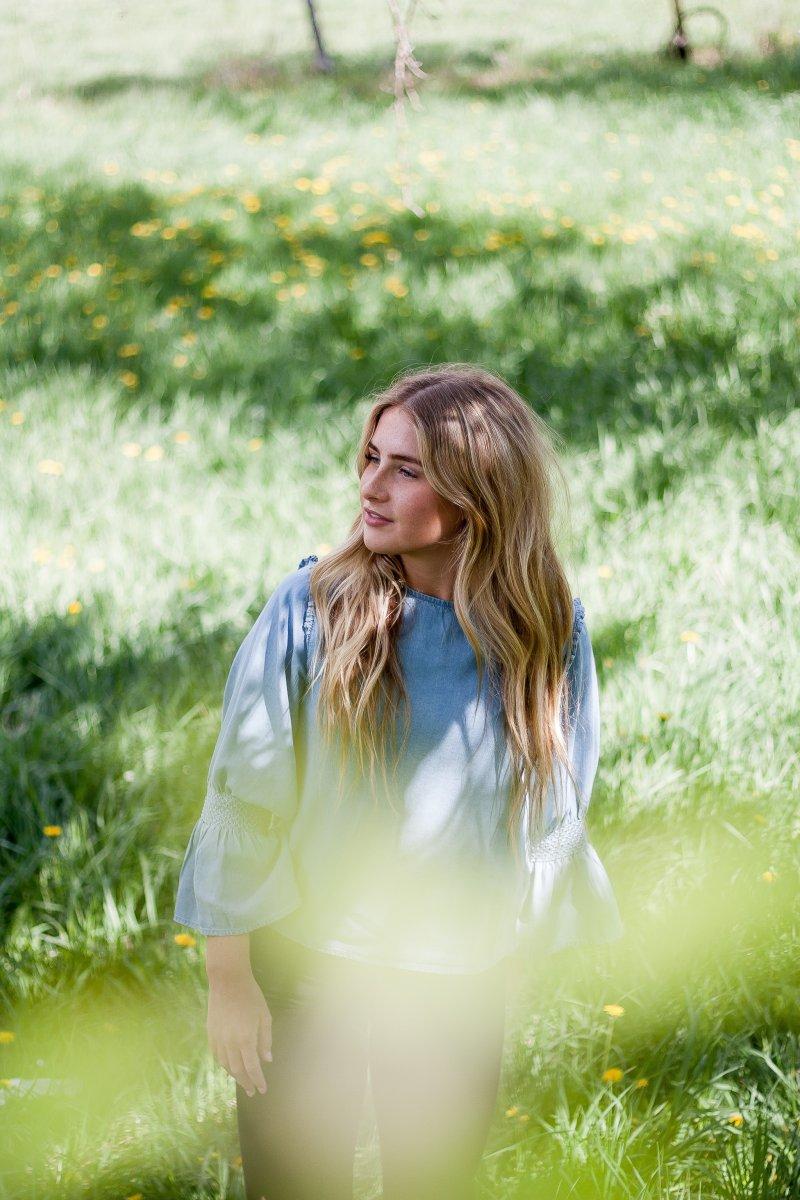 cung hoàng đạo cô gái tóc dài ngồi ở cánh đồng