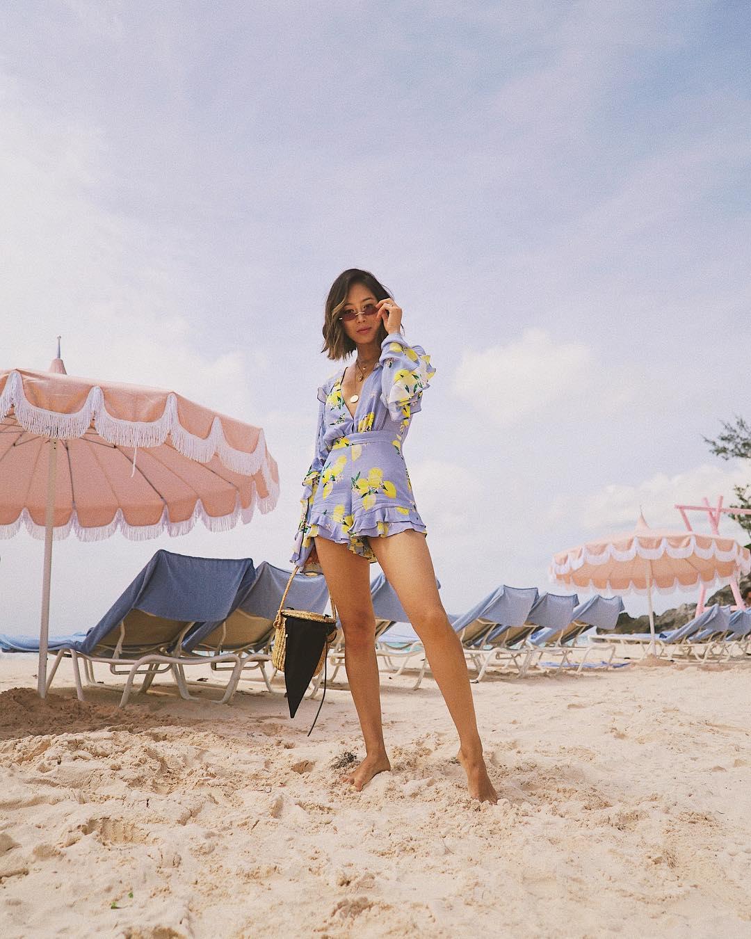 Aimee Song mặc jumpsuit màu tím in họa tiết vàng