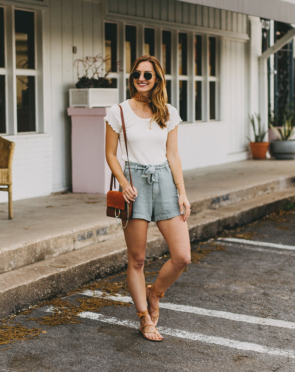 quần short ống rộng jeans và áo thun khăn quàng cổ