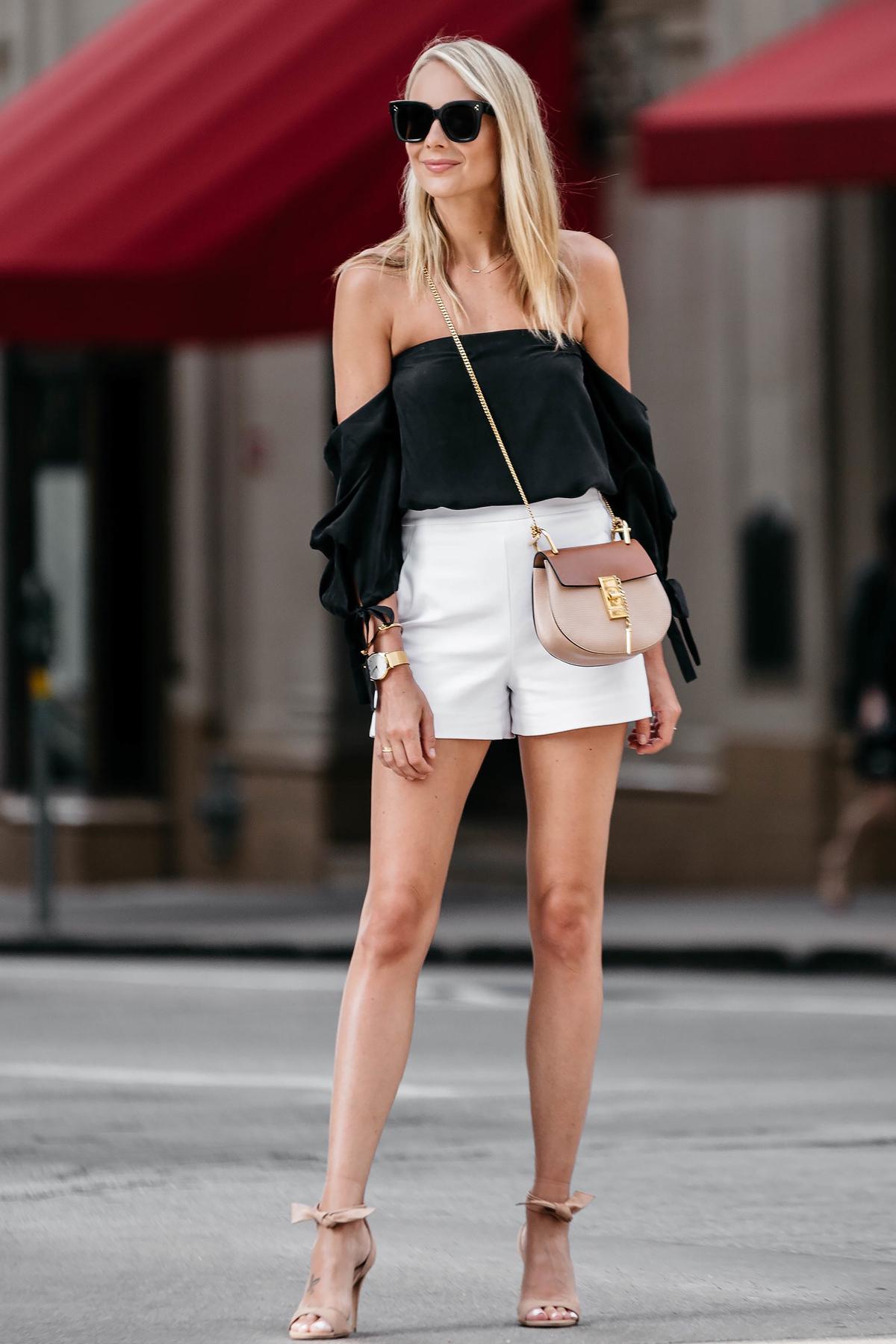 quần short ống rộng trắng và áo trễ vai đen