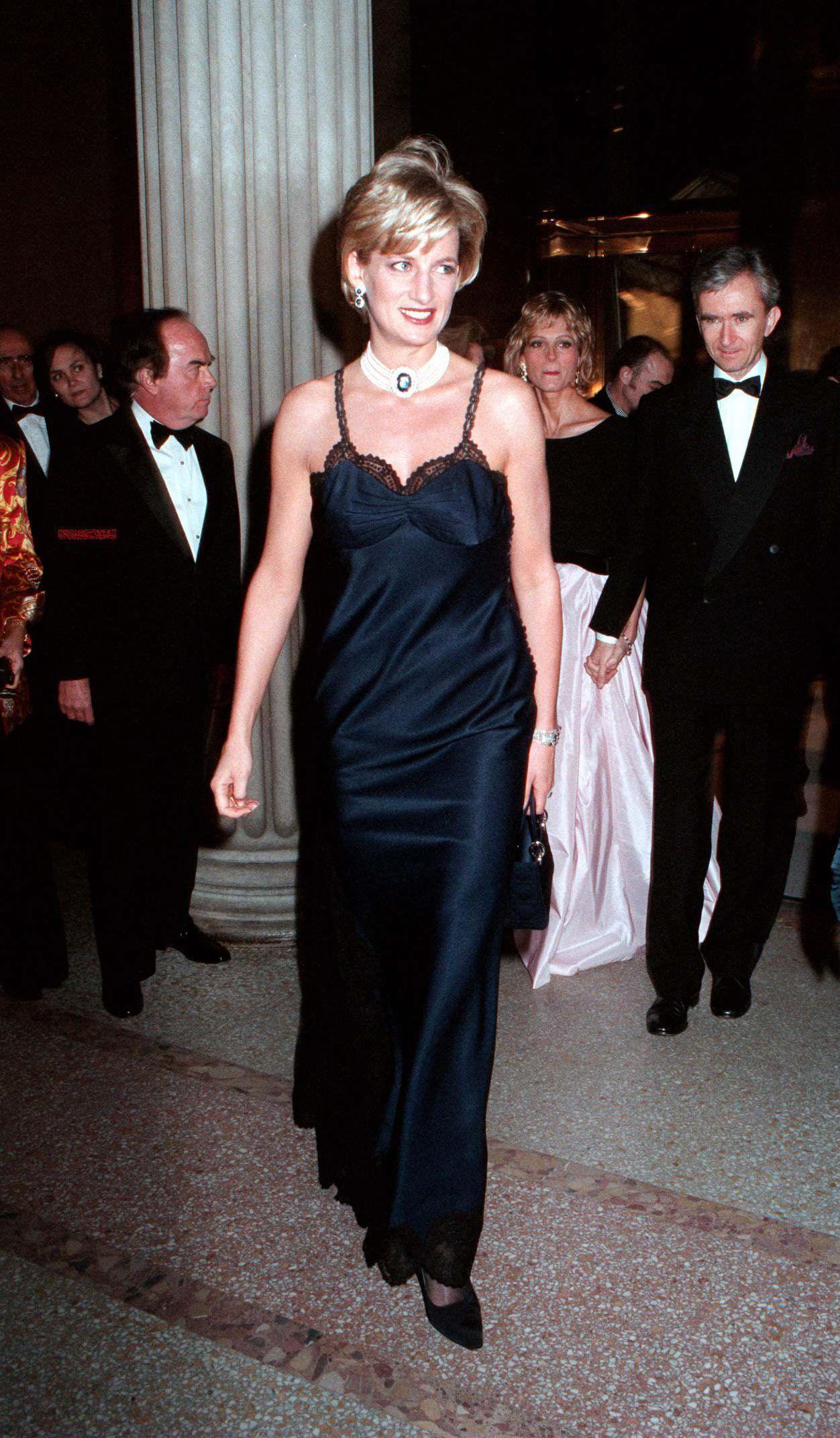 slip dress phong cách retro 90 vintage công nương diana met gala 1996