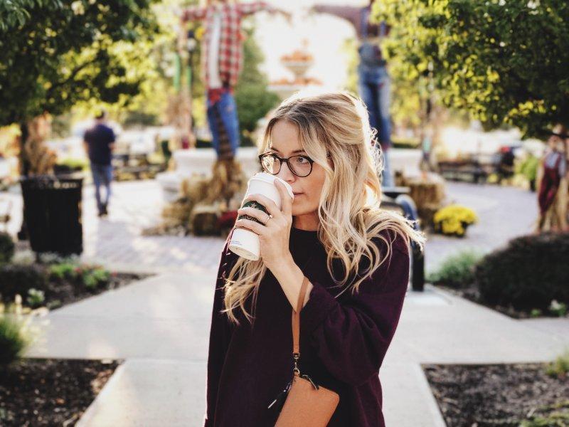 cung hoàng đạo cô gái tóc vàng uống cà phê