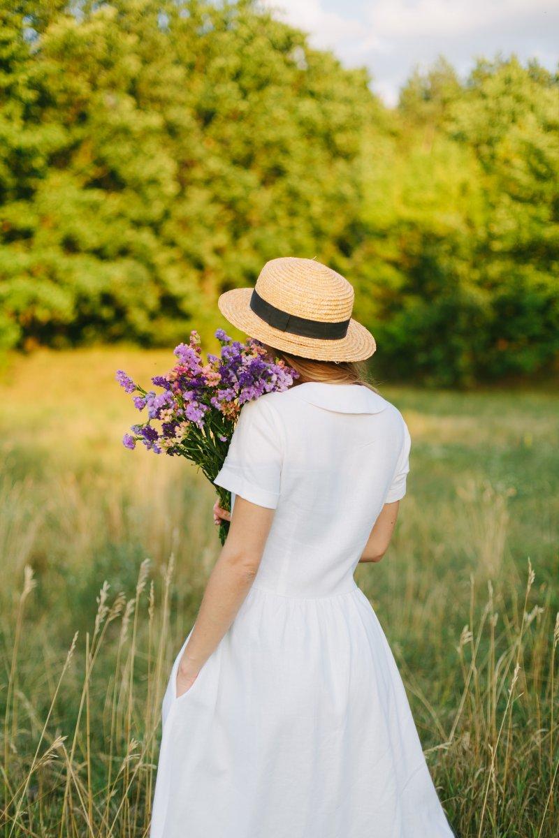 cô gái váy trắng cầm hoa