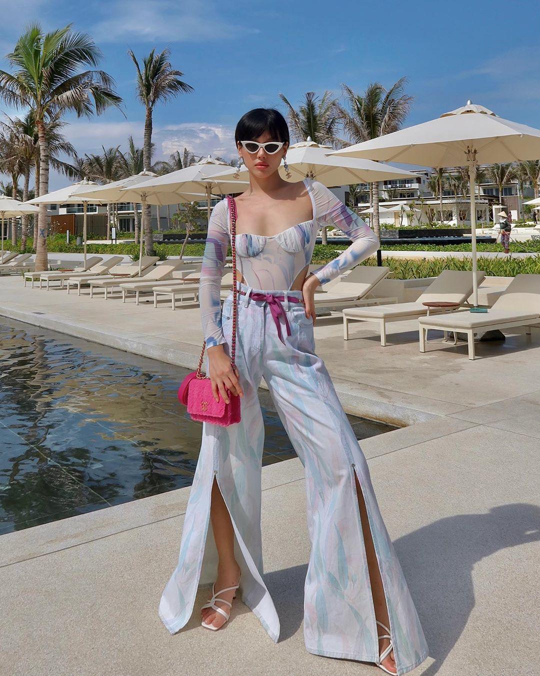 Khánh Linh mặc bodysuit tay dài với quần ống loe