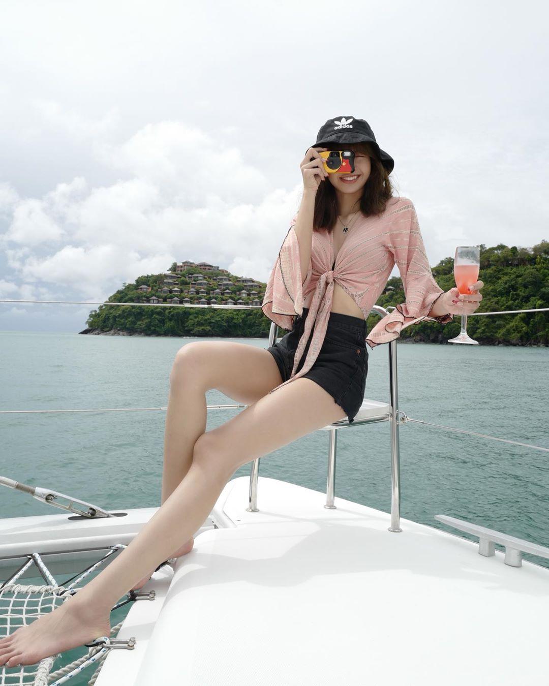 lisa blackpink áo croptop tay dài quần shorts
