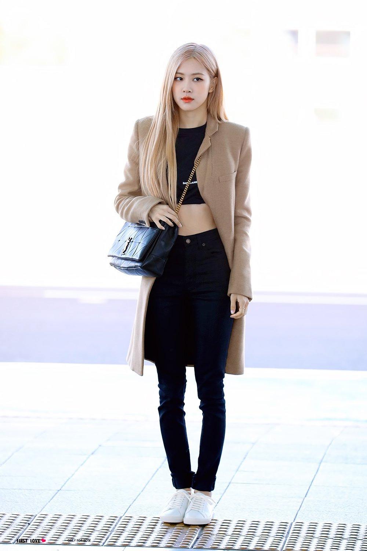 Rosé mặc croptop đen, skinny jeans, khoác măng tô màu be