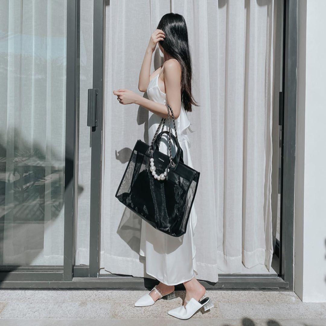 túi tote trong suốt mùa hè màu đen đầm slip dress trắng jun vũ