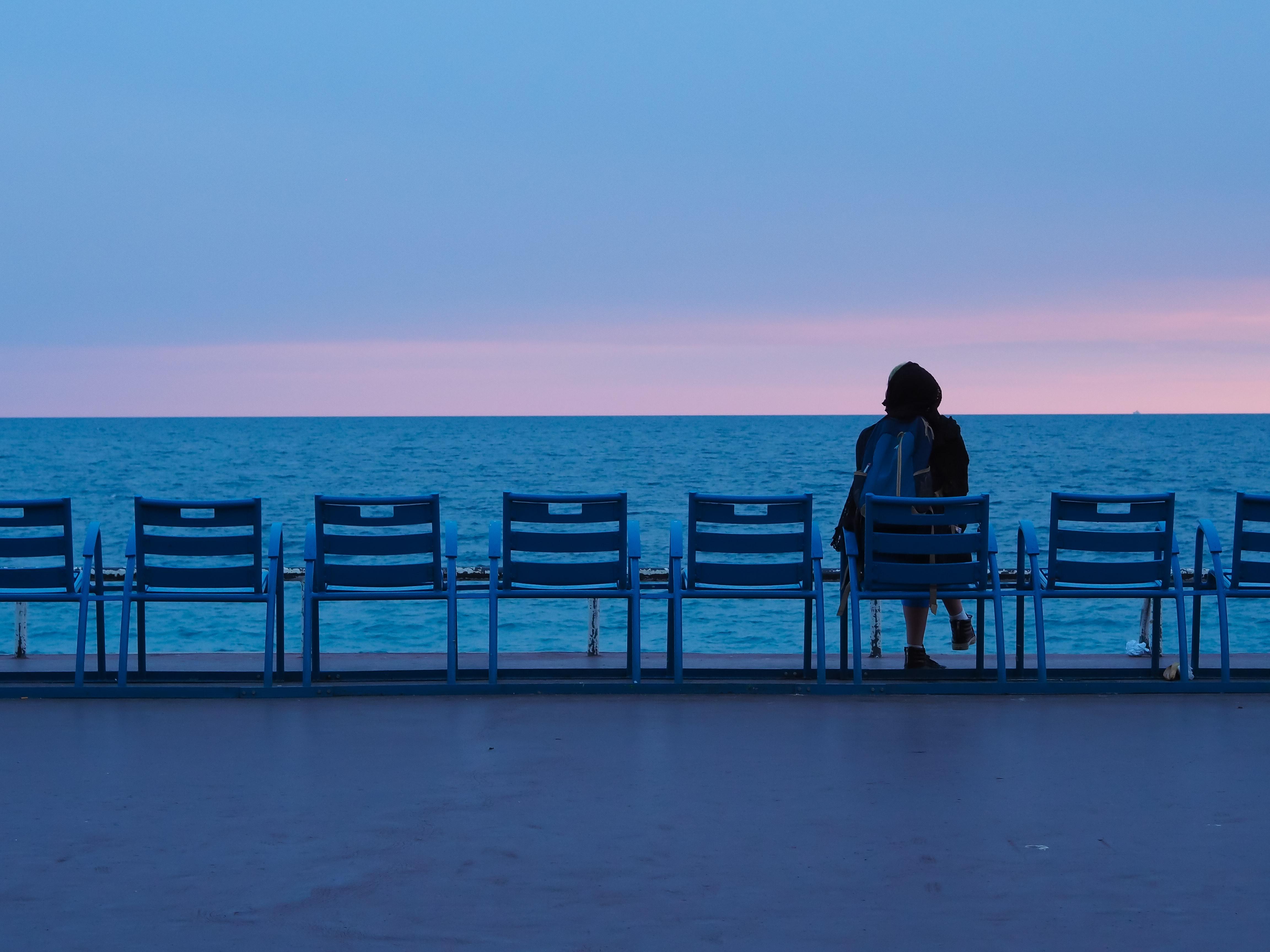 cô gái thông minh ngồi suy nghĩ bên sông