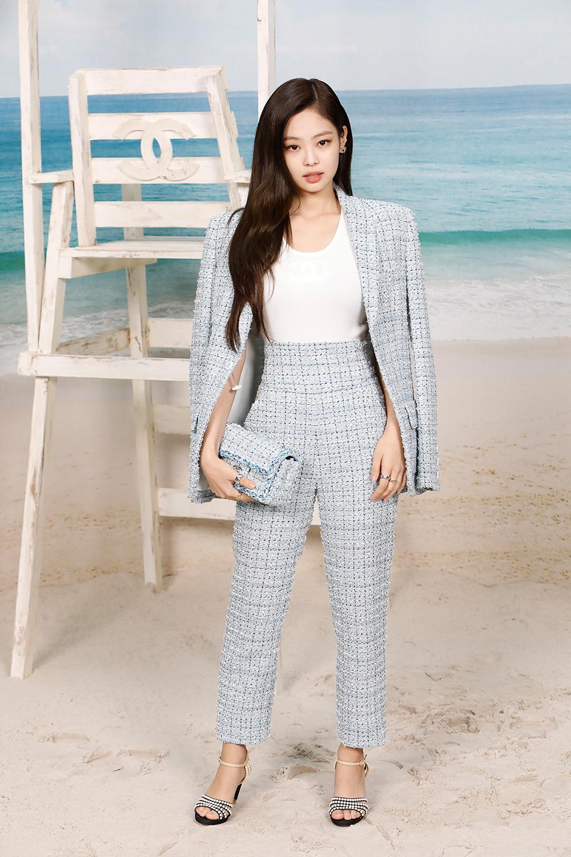 jennie kim mặc bộ suit vải tweed xanh dự show chanel xuân hè 2019