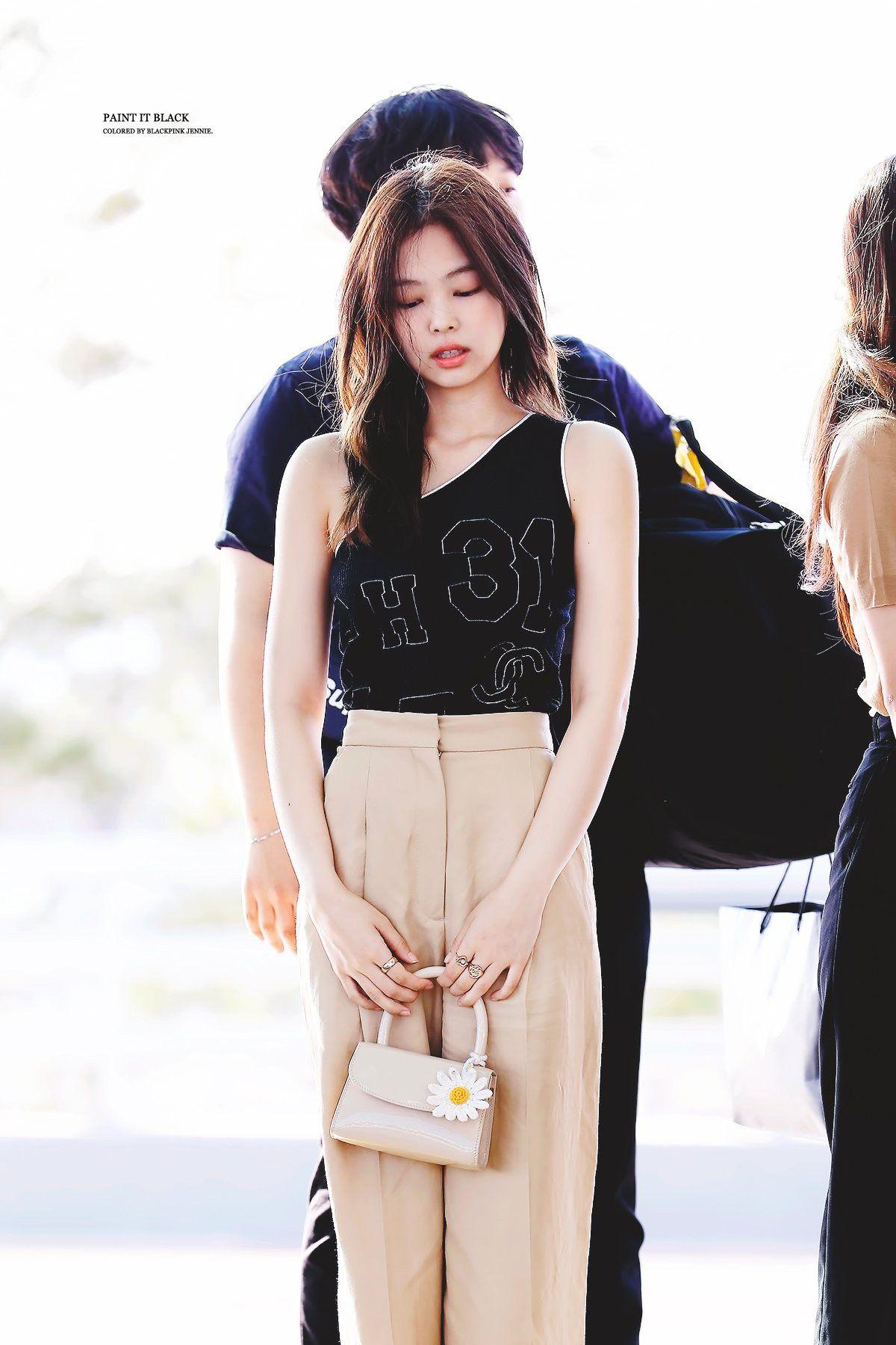 jennie kim thời trang sân bay áo lệch vai đen quần ống rộng