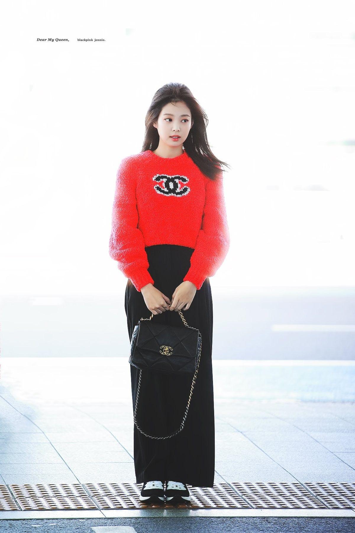 jennie kim thời trang sân bay áo len chanel đỏ quần âu