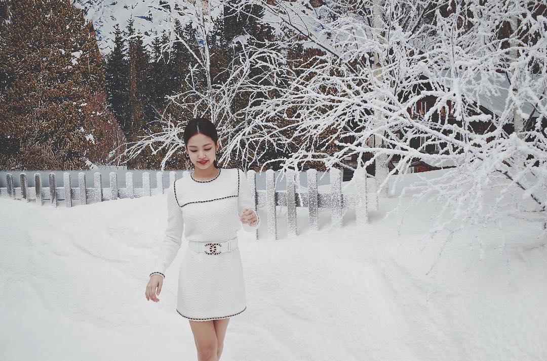 jennie kim mặc đầm chanel ngắn vải tweed màu trắng dự show thu đông 2019