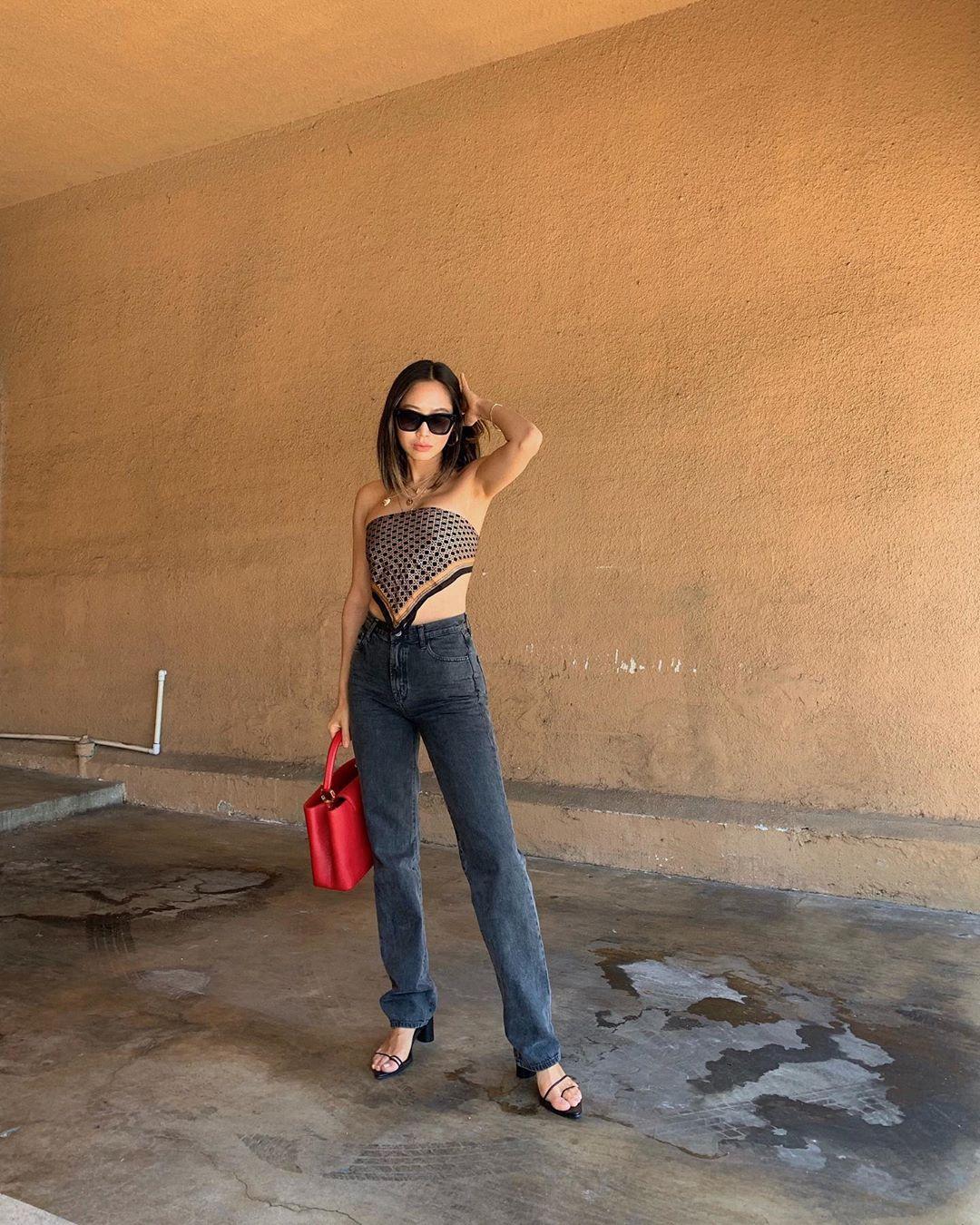 áo bandana và quần jeans