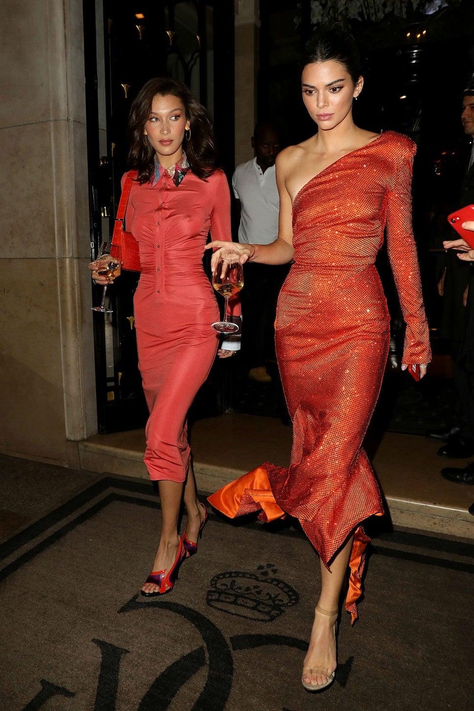 Mặc đẹp như Bella Hadid và Kendall Jenner với đầm đỏ ôm sát