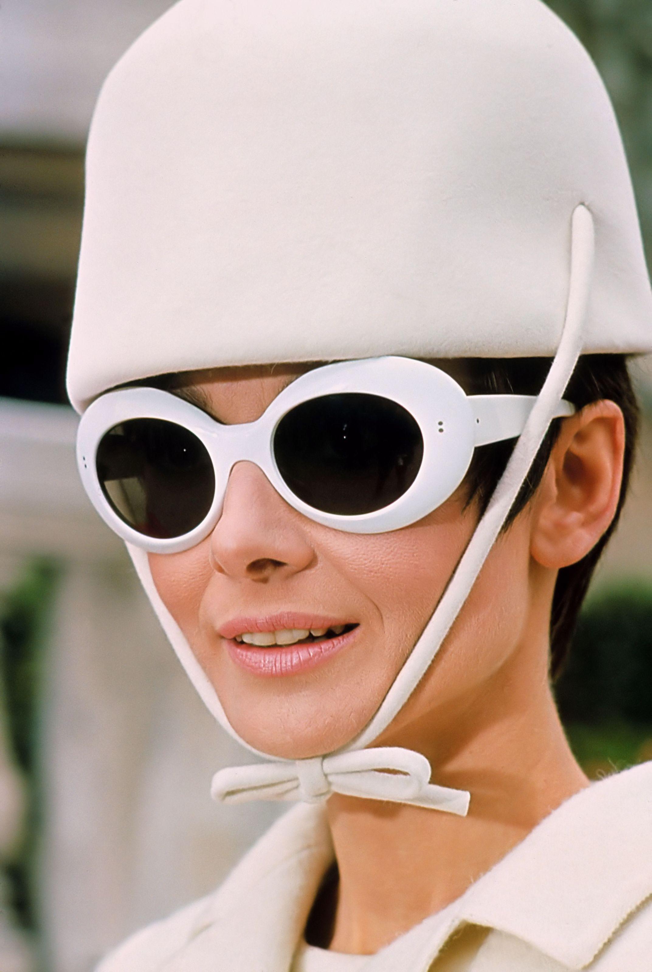 audrey hepburn đeo mắt kính gọng trắng