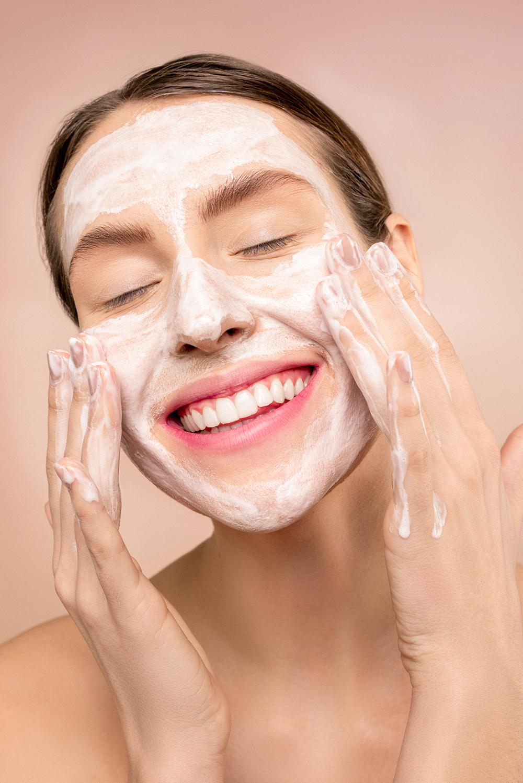 Hãy luôn đảm bảo da bạn được làm sạch sâu trước và sau khi sử dụng kem. Ảnh: Unsplash.