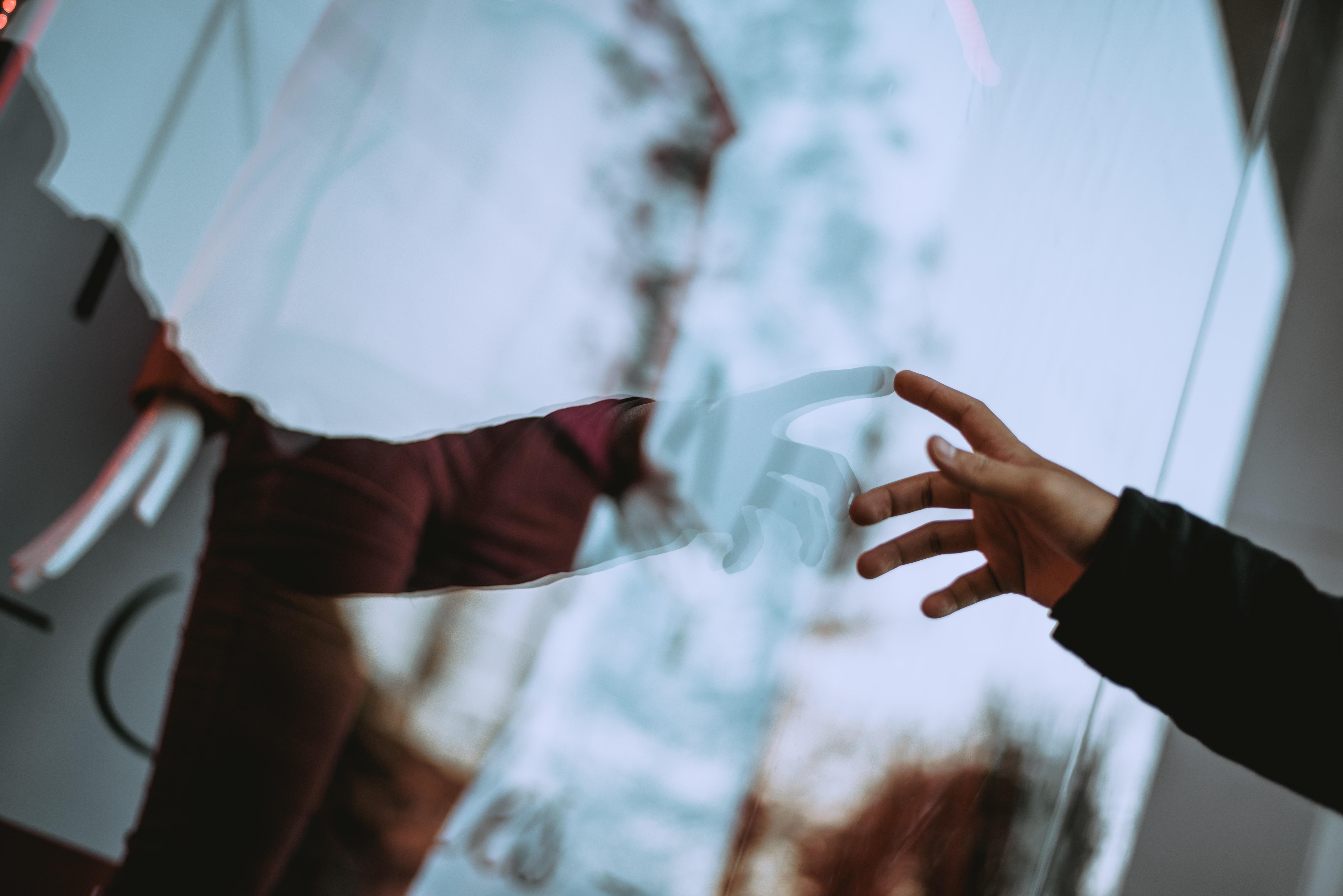 cung hoàng đạo kết nối cảm xúc tay chạm kính